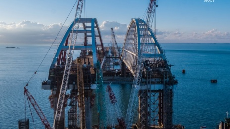Voronezh road-transport arch is lifted onto pillars of Crimean Bridge