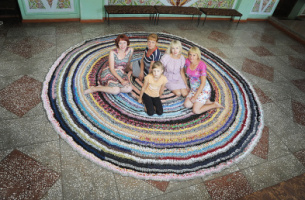 By entire village. How Voronezh craftswomen made huge carpet from clothes for holiday