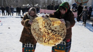 Giant Maslenitsa pancake baked on Russian-Ukrainian border