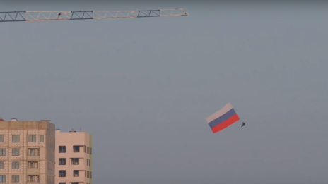 Thrill-seeker from Voronezh jumps with 7-meter Russian flag